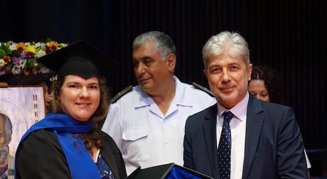 Министър Димов награди отличника на Военноморското училище във Варна