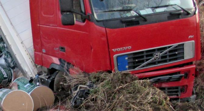 ТИР аварира на пътя Ябланица - Златна панега
