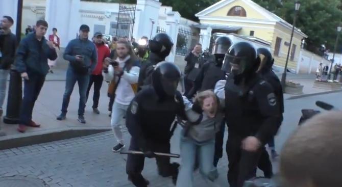 Видео, на което руски полицай удря протестираща, предизвика гневни реакции