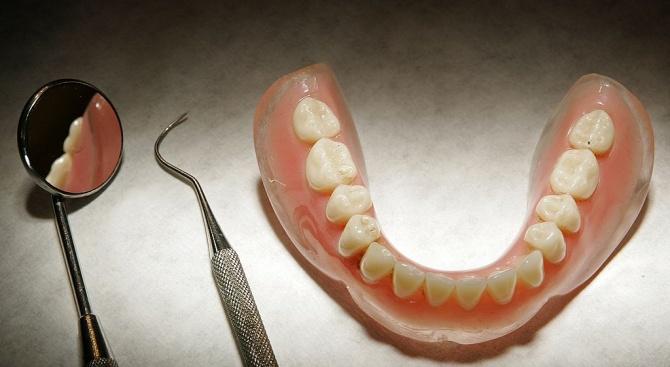 Мъж живя осем дни със зъбни протези, заседнали в гърлото му