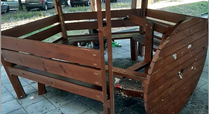 """Пространството около блок 32 в комплекс """"Изгрев"""" в Бургас осъмна с изпочупени съоръжения"""