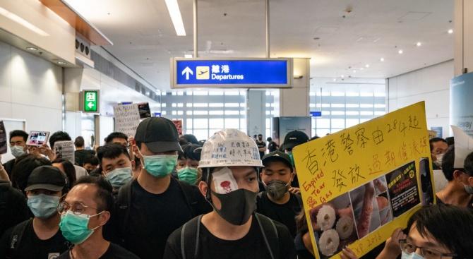 Демонстранти влязоха в сблъсък с полицията на летището в Хонконг