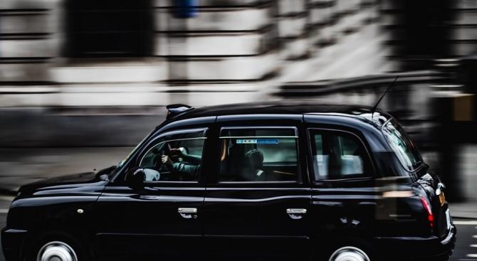 Таксиджия нокаутира пиян клиент, изхвърли го от колата си