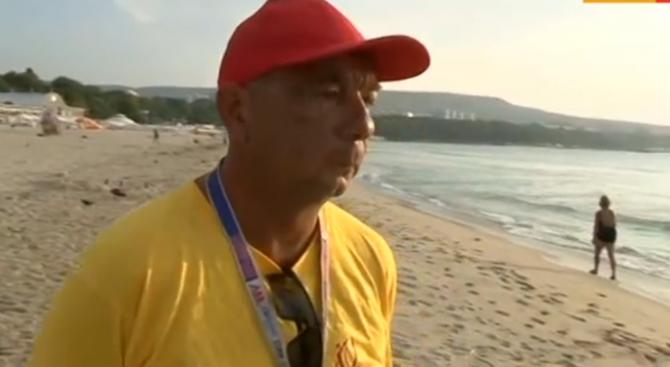 Спасител: Морето днес е много опасно, има множество подводни ями