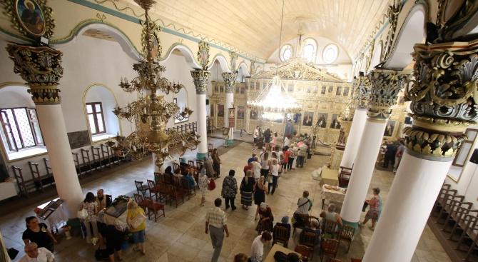 Вярващи изпълниха църквите на Голяма Богородица в Хасково