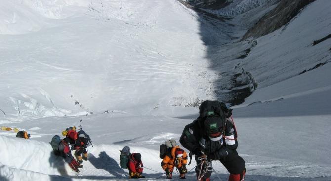 Опит, обучение и застраховки могат да станат задължителни изисквания за изкачването на Еверест