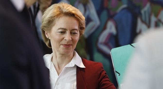 """Урсула фон дер Лайен се сбогува като германски министър на отбраната с """"Wind of Change"""" на Scorpions"""