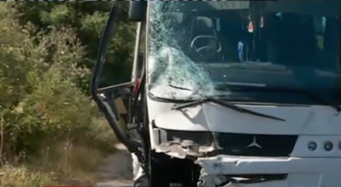 Автобус и кола се удариха челно край Кочериново, жена и момиче загинаха