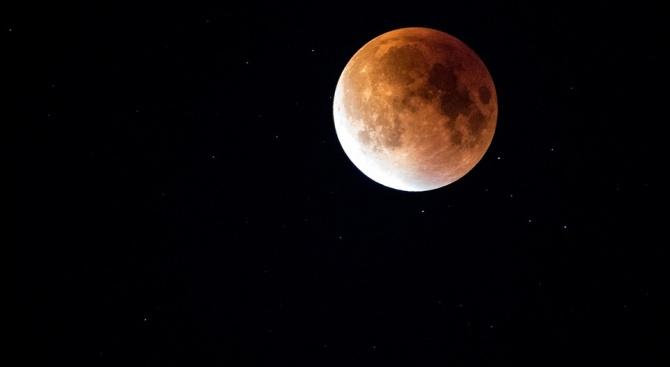 """Красотата на """"Есетровата луна"""" - спектакъл над храма на Аполон в Древен Коринт"""