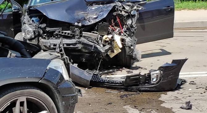 Мъж и момче пострадаха при катастрофа, колата им се забила в стълб