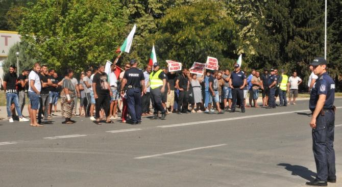 Стотина роми опитаха да блокират главния път Силистра - Шумен