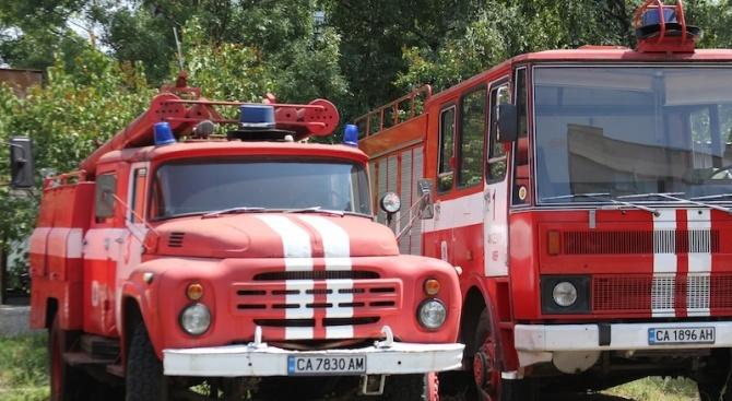 Шест екипа гасят пожар, възникнал в складови помещения в Ботевград