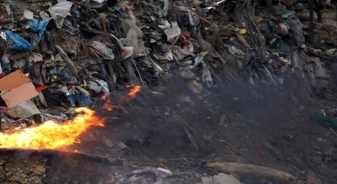 Бедственото положение в Свищов остава, въпреки локализирането на пожара в старото сметище