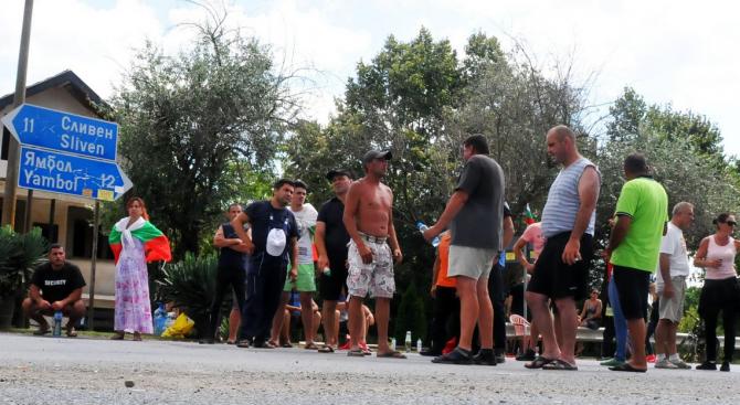В село Безмер продължават протестите на собственици на домашни прасета
