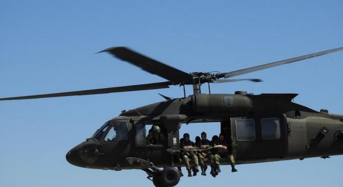 """Военнослужещи от 68-ма бригада Специални сили за първи път изпълниха парашутни скокове от вертолети UH-60 """"Black Hawk"""""""