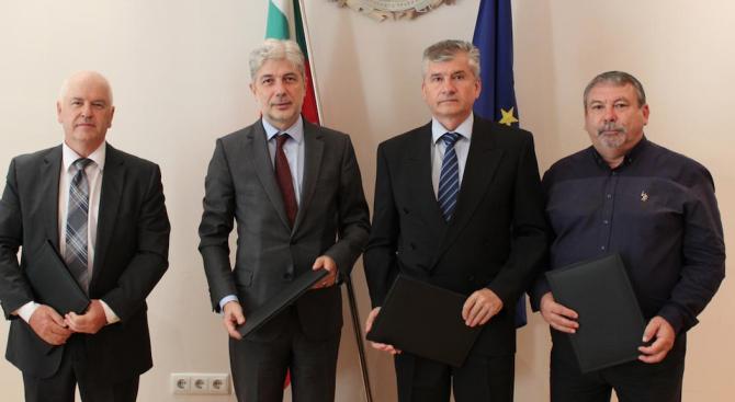 Димов подписа договори за изграждане на водна и канализационна инфраструктура с ВиК дружествата в Перник, Видин и Силистра