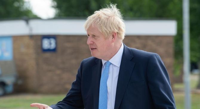 """Борис Джонсън бе посрещнат в Берлин от протестиращи, които скандираха """"Спрете Брекзит!"""""""