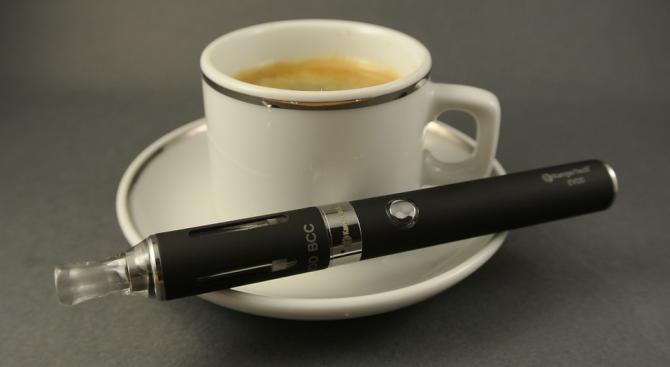 Индия иска да забрани електронните цигари