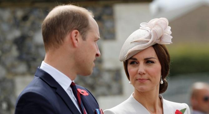 Уилям заведе семейството си в Шотландия на гости на кралица Елизабет Втора с пътнически самолет