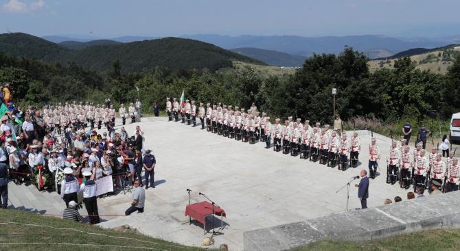 Стотици изкачиха Шипка днес, за да почетат загиналите