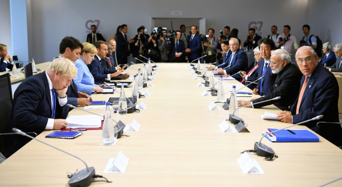Макрон подари на лидерите на Г-7 часовници от рециклирана пластмаса