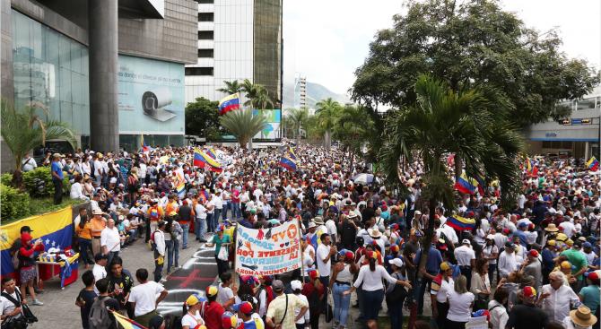 Стотици венецуелци блокираха мост на границата между Колумбия и Еквадор