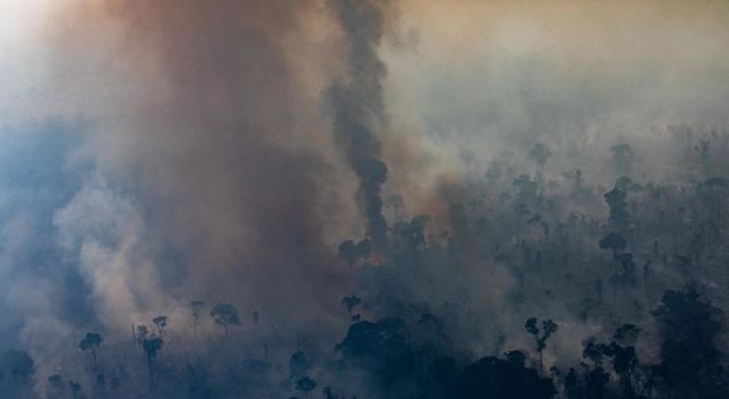 Над 8000 души се борят с горски пожарив Индонезия