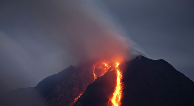 Вулканът на италианския островСтромболи изригна ипредизвика пожари