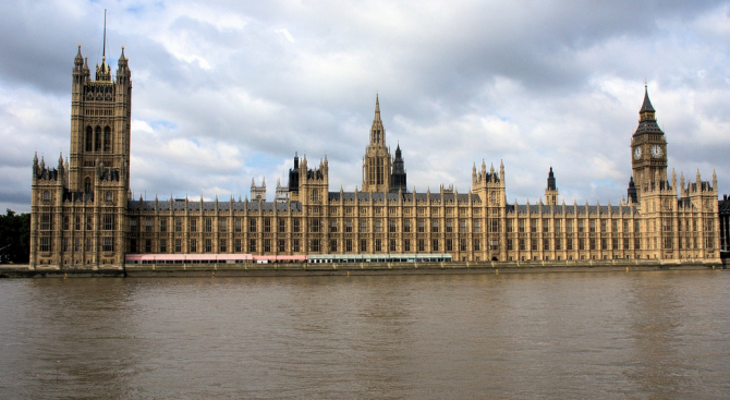 Петиция против спирането на работата на британския парламент събра над 100 000 подписа