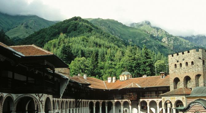 Ремонтират покрива по южното крило на Рилския манастир
