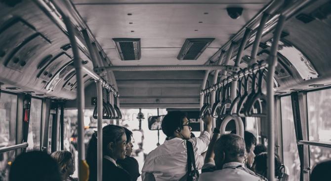6 момичета нахлуха в автобус, набиха пътниците, ухапаха шофьора и избягаха