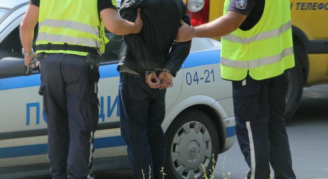 41-годишен притеснявал група млади момичета, ритал патрулка и обиждал полицаи