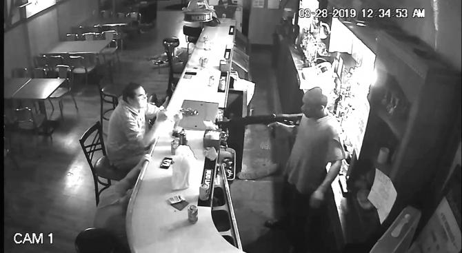 Мъж си пали цигара по време на въоръжен грабеж, нападателят се шашка от непукизма