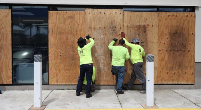 Жителите на Флорида се подготвят за мощния ураган Дориан