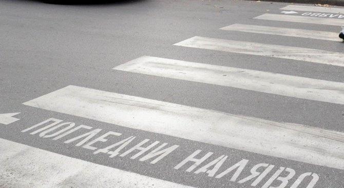 Шофьор блъсна мъж с детска количка с 2-годишно дете на пешеходна пътека