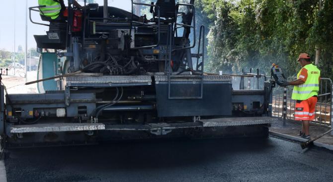 """До 17.00 часа днес движението при км 2 на автомагистрала """"Тракия"""" ще е в аварийната лента заради асфалтиране"""