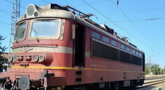 Локомотивът на нощния бърз влак от Варна за Пловдив се запали