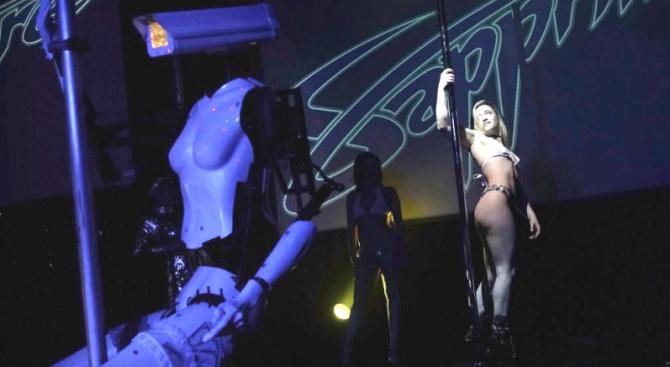 Роботи ще танцуват на пилон във френски нощен клуб
