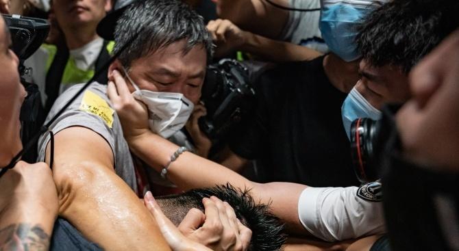 Призив за всеобща стачка в Хонконг след белязания от насилие уикенд