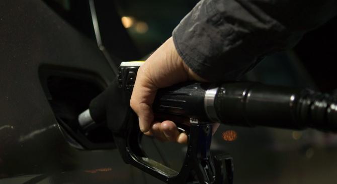 Трима мъже нападнаха работник в бензиностанция и заредиха гориво за 10лв.