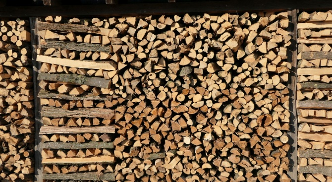 Задигнаха складирани дърва за огрев