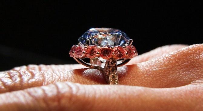 Жена открадна пръстен с диамант на стойност 28 000 долара, слад като го замени с друг