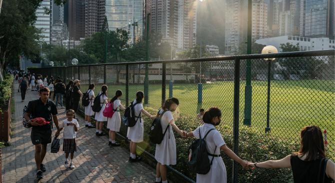 Стотици ученици образуваха живи вериги в Хонконг в подкрепа на антиправителствените протести