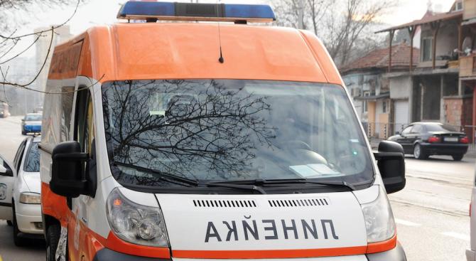 Кола се заби в стълб, пострада 9-годишно момиче