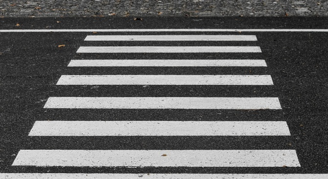 Опресняват маркировката на пешеходните пътеки в Търговище