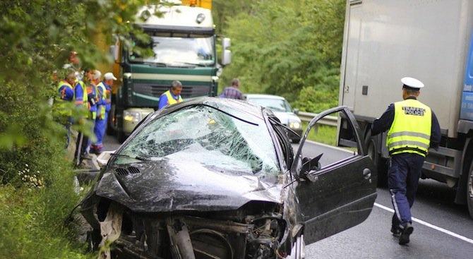 Жена загина след силен удар между две коли край Симитли, има ранени деца