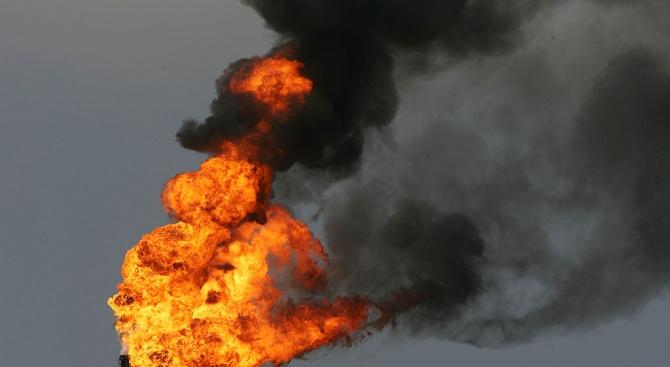Огромен пожар е избухнал в най-голямата саудитска петролна рафинерия