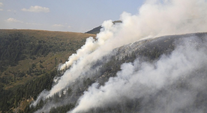 Продължава гасенето на пожара край Сухото езеро в Рила