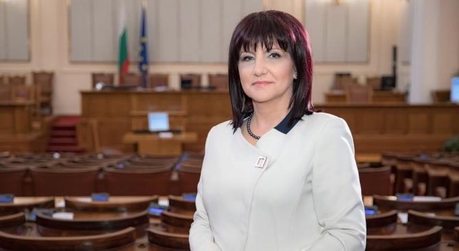 Караянчева: Претърпях пътен инцидент, но съм добре