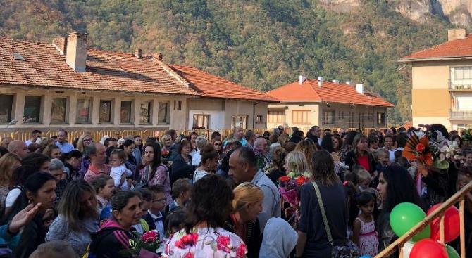 Официално и тържествено бе даден стартът на новата учебна година в община Тетевен